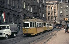 Két pótkocsit vonató 1600-as a 12-es villamoson, a Kádár utcában. (forrás: Heinz Heider)