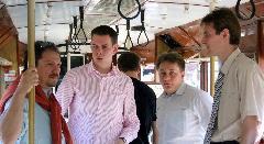 Antal Attila vezérigazgató és Vitézy Dávid, Dorner Lajos, Gábor Marcell VEKE-vezetők (balról jobbra) az UV utasterében., Baross kocsiszín, Budapest (forrás: Tormássy Attila)