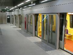 Compans Caffarelli metrómegálló peronja, nyitott peronkapukkal és egy tesztkört futó szerelvénnyel, Toulouse (forrás: Friedl Ferenc)