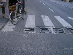 ... mert ilyen állapotok fogadják az utazót. Buszmegálló kijárata Pilisvörösvár kellős közepén. Ezek az útállapotok nem éppen szívderítőek, a futóműveket és a gumikat sem kímélik. A buszmegállóban még járda sincs, a megálló teljes környezete fokozottan veszélyes a gyalogosokra. Ha azt szeretnénk, hogy a közösségi közlekedést többen használják, akkor nem csak a járművekre kell figyelmet fordítani., Bajcsy-Zsilinszky tér, Pilisvörösvár (forrás: VEKE)