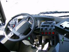 A járművezető munkahelye. Két fontos dologban különbözik a Volán buszok kialakítása a BKV buszaitól. A vezetőfülke nem zárt, és kötelező tartozék ... (forrás: VEKE)