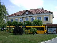 Ez csak látványkép, ezen a helyen nem tudnak közlekedni a buszok. Nem volt egyszerű betolatni a hosszú kocsival a szűk helyre. Érdemes lenne a teret kicsit átépíteni..., Polgármesteri Hivatal, Bajcsy-Zsilinszky tér, Pilisvörösvár (forrás: VEKE)
