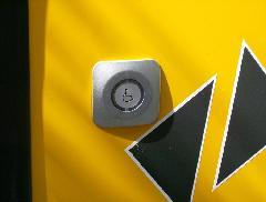 A kerekesszékesek felszállást jelző gombja. Ez az egyetlen ilyen gomb, felszállás egyébként csak az első ajtón, az ajtók pedig csak a vezető által nyithatók. (forrás: VEKE)