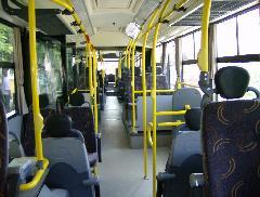 2+2-es üléselrendezés a kocsi teljes hosszában. Puhább ülőfelületű, kartámaszos, fejtámlás ülések, függönyök és csomagtartó is jelzi, ez elővárosi autóbusz. (forrás: VEKE)