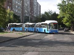 A kormányzott D tengelynek hála nem kell sokkal nagyobb hely a forduláshoz, mint az egy csuklóval rövidebb busz esetében., Budapest (forrás: Müller Péter)