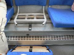 ... mint ahogy ez tesztalanyunkkal meg is történt. Az ülőfelület csak műanyagpatentekkel van rögzítve, elég csak egy kicsit is a szélére ülni és le is estünk róla., Rákóczi út, Budapest (forrás: Dorner Lajos)