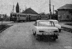 Kéttengelyes motor- és pótkocsikból álló HÉV-szerelvény kanyarodik a Pesterzsébet, Határ úti végállomása felé. (forrás: Autó-Motor magazin)