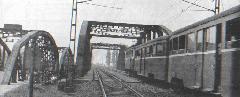 M I-es motorkocsiból és P XV-ös pótkocsiból álló szerelvény a Kvassay hídon. (forrás: Németh Zoltán Ádám gyűjteménye)