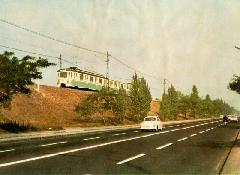 Csepeli HÉV M IX-es motorvonata a Szabadkikötő úti töltésen a Boráros tér felé tartva. (forrás: Németh Zoltán Ádám gyűjteménye)