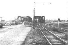 A Határ úti HÉV a Gubacsi hídon. A HÉV Határ út felé tartó pályája a két híd között ekkor már használaton kívül állt, a szerelvények egyvágányoztak. A jobboldali sínpár a MÁV iparvágánya. (forrás: Szelényi Gábor gyűjteménye)