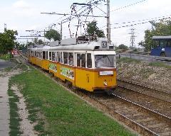A budafoki HÉV-et a felváltó 47-es villamos a Leányka utcai lakótelep előtt. Budafok és a többi déli város rész mind a mai napig várja a gyors, belvárosi kapcsolatot biztosító gyorsvasutat. A vasútra kijáró négyes metró többek között ezt az igényt is kitudta volna elégíteni... (forrás: Feld István Márton)