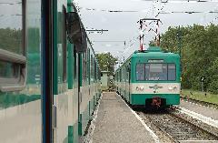 Csatlakozás Dunaharaszti külső állomáson: a jobboldali Tökölről érkezett szerelvény utasait a baloldali vonat viszi tovább Közvágóhíd felé. (forrás: Kelemen Zsolt)