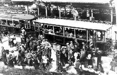 Kirándulók tömege érkezik a hűvösvölgyi végállomásra. (forrás: Főváros Tömegközlekedésének másfél évszázada)