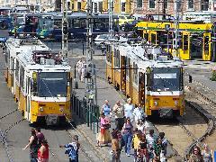 Pár nappal a változások elött még egymás mellett áll 18-as és az 56-os villamos a Moszkva téren. Augusztus 20.-a után az 56-os villamos hurokvágányát felhagyták, a vonalat pedig délre meghosszabbították Budafokig. (forrás: Friedl Ferenc)