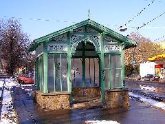 A Budagyöngyénél található másik eredeti épületet pedig hajléktalanok lakják... (forrás: Feld István Márton)