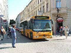 Autóbusz a Bajcsy-Zsilinszky úton: ma még ritka látvány, Városháza, Győr (forrás: Ifj. Dobronyi Tamás)