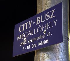 A city-busz megállóhelyét jelző tábla, Városháza, Győr (forrás: Tormássy Attila)