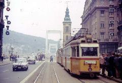 A 3862-es pályaszámú UV villamos a 44-es vonlaon a Szabad Sajtó úton, nemsokkal az Erzsébet híd elött. (forrás: Geoffrey Tribe)