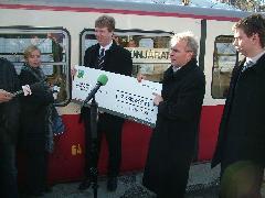 A hét millió forintos adomány átadása.