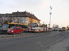 Hiába épült meg a Nádor aluljáró, a Baross hídon továbbra is áll a forgalom. A közösségi közlekedés fejlesztése nélkül Győr közlekedése hamarosan összeomolhat., Baross G. híd, Győr (forrás: VEKE)