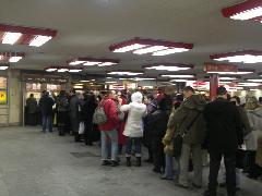 Régen látott sor a Nyugai téri aluljáró jegypénztáránál. (forrás: Böde Csaba)