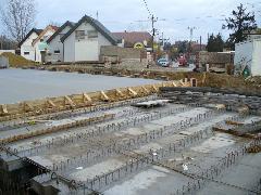 A hídgerendák tetejét és a közöttük lévő nyílást betonlapokkal fedték le, majd egy ún. együttdolgozó betonlemezt készítettek, Diósdi út, Érd (forrás: Friedl Ferenc)