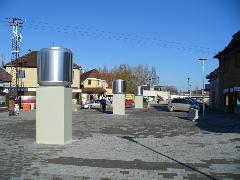 Az aluljáró szellőzői a sétálóutcában - nem túl dekoratív megoldás, Diósdi út, Érd (forrás: Friedl Ferenc)
