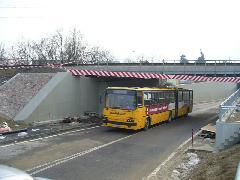 Autóbusz a 40-es vonal hídja alatt, az aluljáró északi kijáratánál, Diósdi út, Érd (forrás: Friedl Ferenc)