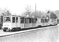 A 21-es pályaszámú MillFAV-kocsi az Állatkerti úton, reklámfotózáson., Budapest (forrás: A Főváros tömegközlekedésének másfél évszázada)