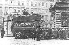Az emeletes, akkumulátoros XX 1 forgalmi rendszámú, Austro-Daimler Tudor gyártmányú autóbusz az Andrássy úton, 1915 márciusában. (forrás: Városi Közlekedés)