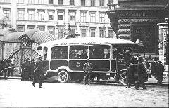 A Kistarcsán gyártott benzinmotoros,  XX 2 forgalmi rendszámú autóbusz az Andrássy úton, 1915 márciusában. (forrás: Városi Közlekedés)