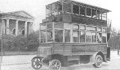 Az 1921-ben Bécsből vásárolt emeletes autóbuszok egyike (rövidebb változat) a Városligetnél. (forrás: Városi Közlekedés)