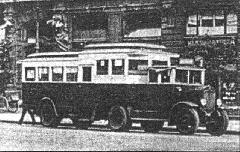 Az 1925-ben beszerzett próbakocsik egyike, egy különleges, nyergesvontató-szerű jármű (Bp17.124), a mai Ferenciek terén, a meghosszabbított 1-es viszonylat végállomásán. (forrás: Városi Közlekedés)