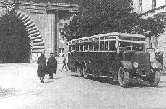 Az 1925-ben beszerzett és forgalomba állított háromtengelyes Büssing autóbusz  (Bp17.125) a Lánchídon és az Alagúton át közlekedő 3-as viszonylaton. (forrás: Városi Közlekedés)