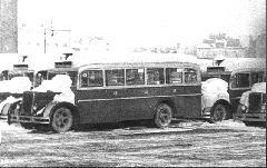 """MÁVAG N2-es autóbuszok a Szent Domonkos utcai garázs udvarán, már vasvázasítva és a """"jobbra hajts"""" szerint átépítve. (forrás: Városi Közlekedés)"""