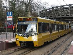 Elöl egy elsőszériás Stadtbahn-ikerkocsi, mögötte az utolsónak beszerzett jármű is részt vett a megnyitón. , Stuttgart (forrás: Müller Péter)