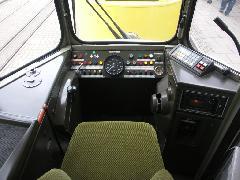 GT4-es típusú motorkocsi vezetőfülkéje. Balra az ülés mellett a kontroller, jobbra a légfékkar helye., Stuttgart (forrás: Müller Péter)