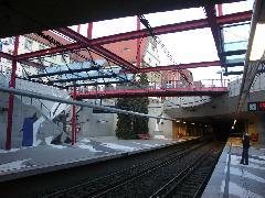 Az U6-os vonal egy megállója Feuerbachban. A településrészek között a felszínen, míg a sűrűbb beépítésű városrészekben föld alatt közlekedek a Stadtbahnok., Stuttgart (forrás: Müller Péter)