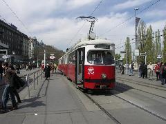 Schwedenplatz: Az utóbbi időben már csak  papírra nyomtatott viszonylatszám-jelzőket és oldaltáblákat használtak. Az eredeti táblákat az őszi Tramwaytag-on lehet majd megvásárolni., Schwedenplatz, Bécs (forrás: Müller Péter)
