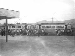 Nagy tömeg a 41-es budaörsi végállomásán. A villamos egy 1900-as ikerkocsi, melyet 1000-es pályaszámú villamos-, illetve korábbi HÉV-kocsikból alakítottak át., Budaörs (forrás: villamosok.hu)