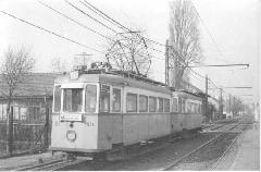 Egy 1900-as ikerkocsi halad a Fehérvári úton a 60-as években. A járművek ablakai felett elhelyezkedő szellőzőket ugyan már eltávolították, de az ablakokat még nem alakították át a változásnak megfelelően., Fehérvári út, Budapest (Végh Dezső felvétele)