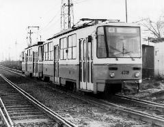 A 4318-as pályaszámú Tatra halad társával Kamaraerdő felé. Figyelemre méltó, hogy ekkoriban még fonódó vágánykapcsolat volt a Budafoki elágazásnál: ugyan a váltó már a forgalmi telepnél a megfelelő vágányra terelte a villamost, de a sínek csak a vasúti felüljáró után váltak szét. Vajon miért nem sikerült hasonló megoldást alkalmazni a Gellért téri megálló 2002-es átépítésekor?, Budapest (forrás: villamosok.hu)