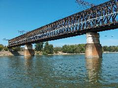 A hídszerkezet többszörösen kiszolgálta idejét, rövidesen elbontásra kerül (forrás: Pulisch József)