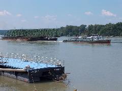 Az új hídszerkezet elemeit vontatják rendeltetési helyükre. Munkában a