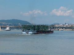 A Sopron vontatót a Dunaföldvár tolóhajó segíti ki., Déli összekötő vasúti híd, Budapest (forrás: Pulisch József)