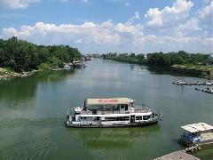 A hídon gyalogosan és kerékpárral is át lehetett kelni. Ezt a lehetőséget átkelőhajó pótolja az átépítés idejére., Meder utca, Budapest (forrás: Mihályfi Márton)