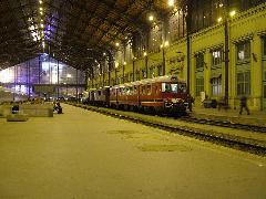 A MÁV Nosztalgia különvonata a Nyugati pályaudvaron. A vonat elején a Rába-Balaton motorkocsi, végén pedig az ACseV motorkocsi, amely kihasználva az alkalmat visszatér Szentendrére a múzeumba., Nyugati pályaudvar, Budapest (forrás: Németh Zoltán Gábor)