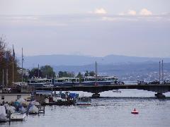 A Zürichi-tó mögött jól láthatóan az Alpok hegyvonulatai, Zürich (forrás: Németh Attila)
