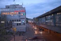 A Hardbrücke több, mint egy kilométer hosszan vezet a második emelet magasságában (a kép jobb szélén egy buszmegálló látható), Zürich (forrás: Mészáros Gergely)