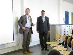 Vendéglátóink. Balról Christian König, értékesítési vezető, jobbról Laczó Ferenc, magyar származású svájci mérnök., Stadler gyár, Bussnang (forrás: Hajtó Bálint)